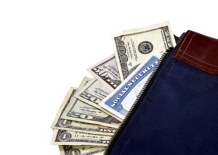 s�curit� sociale: sac d'argent contenant une carte de s�curit� sociale avec la monnaie am�ricaine poussant hors du sac.