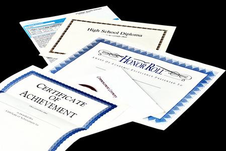 diploma: Documentos de educación incluyendo informe SAT, diploma de escuela secundaria, el honor reconocimiento rollo, programa commencemnent y certificado de logro aislado en negro