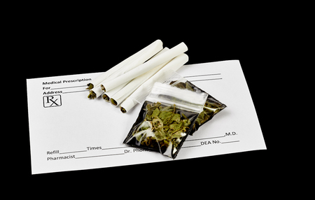 marihuana: Cigarrillos de marihuana con receta con forma de prescripci�n en blanco y paquetes de hojas de marihuana secas. Foto de archivo