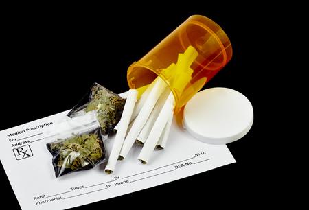 marihuana: Cigarrillos de marihuana con receta con forma de prescripción en blanco y paquetes de hojas de marihuana secas. Foto de archivo