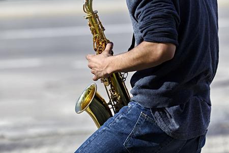 soprano saxophone: hombre adulto joven que toca un saxofón