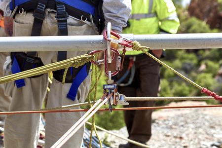 poleas: Primer plano de cuerdas y poleas para los trabajadores de rescate para subir por el lado del acantilado.