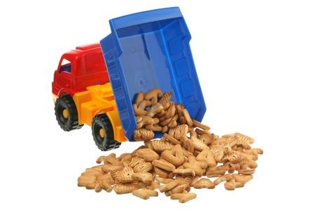 the dump truck: Las cookies y el cami�n de juguete se a�slan sobre un fondo blanco
