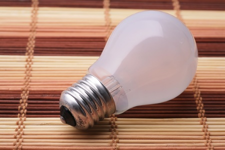 Bulb with an incandescent filament and a matte flask