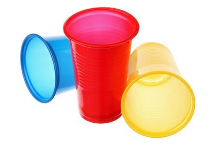 Tres vasos de plástico aislado en un fondo blanco