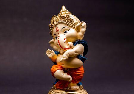 vue de face de la belle statue de ganesha sur fond flou, concept traditionnel Banque d'images
