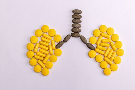 Top view of capsules and tablets making a lung shape on white background. Chest physician concept Banque d'images