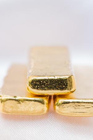 lingotes de oro: texturas de lingotes de oro - fondo con espacio para el texto. Macro. Foto de archivo