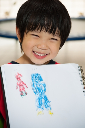ni�os dibujando: Boy mostrando su pintura