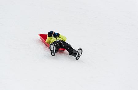 sledging: Cute ragazzo sorridente mentre � slittino