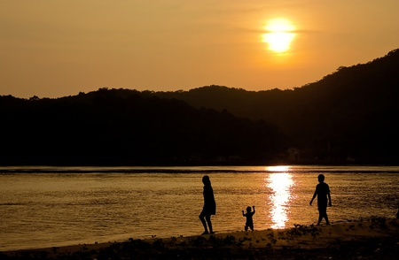 sillhouette: happy family on sunset beach