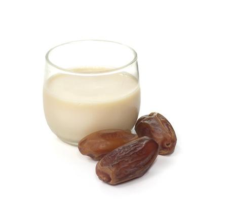bruin gaat met melk voor de ramadan op een witte Stockfoto