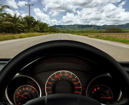 compteur de vitesse: Tableau de bord et de la route (voyage en voiture) Banque d'images