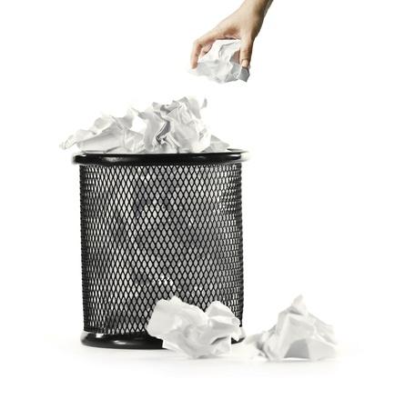 wit met papier en vuilnis bin overhandigen