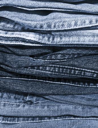 een stapel blauwe jeans achtergrond Stockfoto