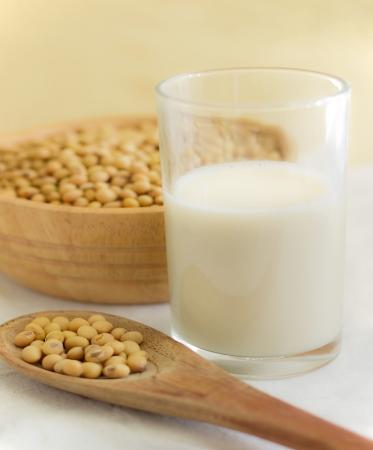 soja: leche de soja con granos en la cuchara Foto de archivo