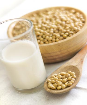 белки: соевое молоко с фасолью в ложке Фото со стока