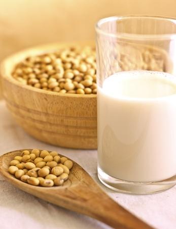 soya: leche de soja con granos en la cuchara Foto de archivo