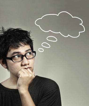 hombre pensando: un pensamiento joven, acerca de algo