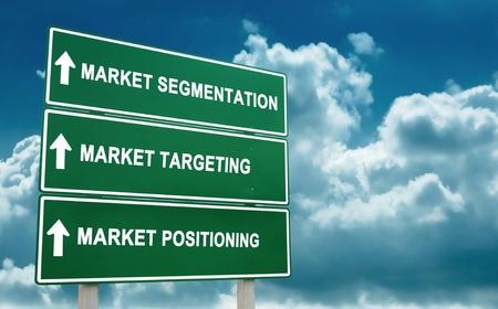 relaciones publicas: signo de la estrategia de mercado objetivo y el fondo del cielo azul Foto de archivo