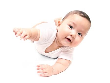 bebe gateando: beb� que se arrastra asi�tico en el fondo blanco