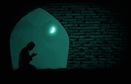 quran: musulmanes orando en la noche bajo la luna Foto de archivo