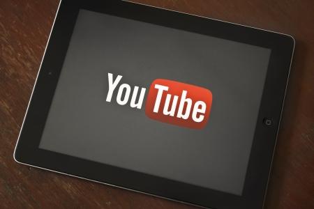 BANGKOK, THAILAND - 23 maart 2013: YouTube logo op het scherm van iPad's. Google maakt een YouTube voor iPad app op iOS 6