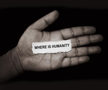 """humanidad: las palabras """"�d�nde est� la humanidad"""" en el papel en la mano Foto de archivo"""