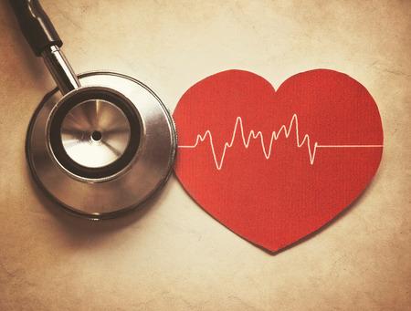 estetoscopio corazon: corazón y el estetoscopio en el estilo vintage Foto de archivo