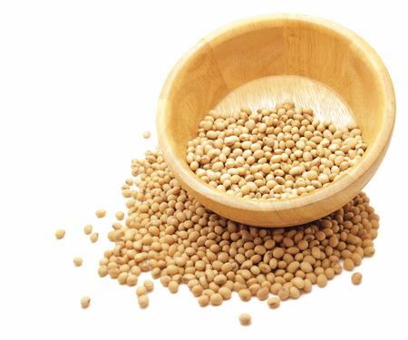 soja: frijoles de soya en un tazón de madera, aislado en blanco