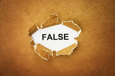 """falso: la palabra """"falso"""" en el agujero de papel marrón"""