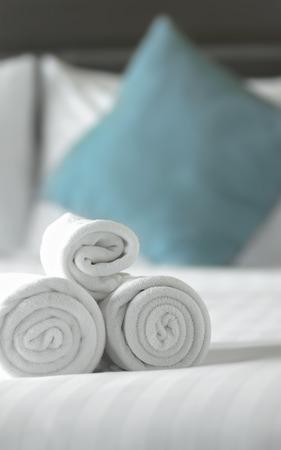 toallas: cerrar las toallas en la cama Foto de archivo