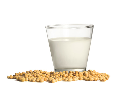 leche de soya: leche de soja con las habas en el fondo blanco