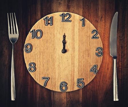 mes en vork met de klok plaat Stockfoto