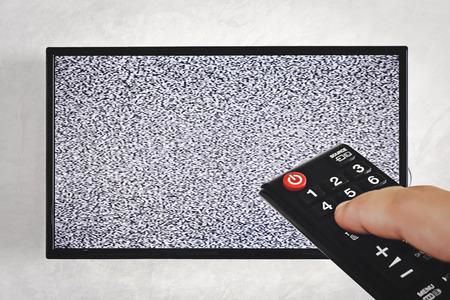 afstandsbediening televisie met witte ruis scherm