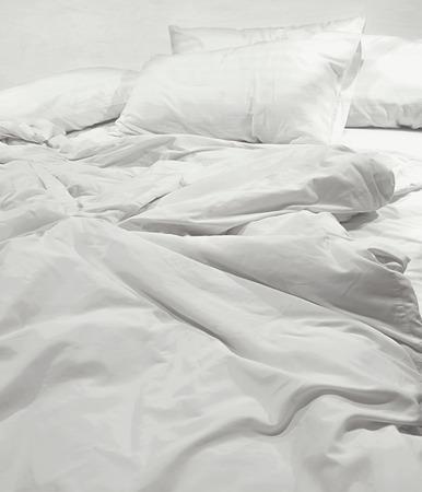 cama: sábanas sucias y almohada Foto de archivo