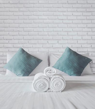 Handdoeken op het witte bed
