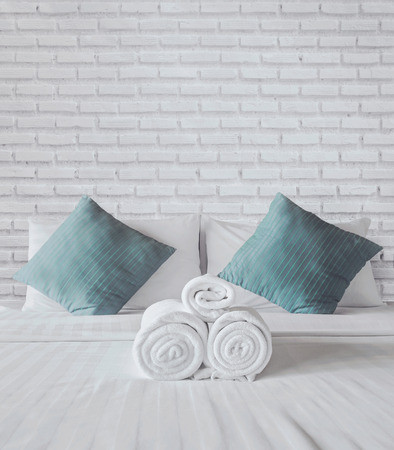 towels on the white bed Foto de archivo