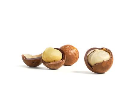 macadamia noten op een witte achtergrond