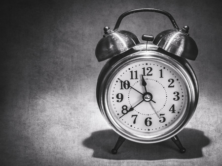 reloj: un reloj en la oscuridad (estilo retro)