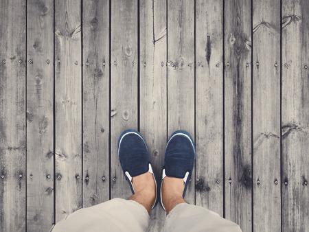 trompo de madera: vista superior de los zapatos en suelo de madera