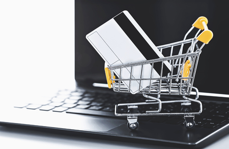 online shopping (a shopping cart with credit card on laptop) Stockfoto