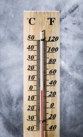 Thermometer auf Eis Textur Hintergrund Standard-Bild