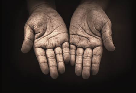 hand van het kind bedelaar in het donker