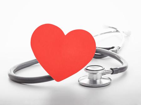 Herz-Symbol und Stethoskop auf weißem