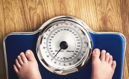 dzieci stóp na skali wagi