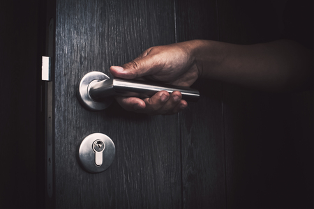 手を開けてドアのロックを解除 写真素材