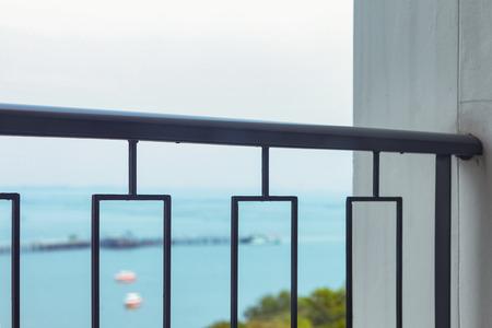 Geländer des Balkons mit Meerblick Standard-Bild