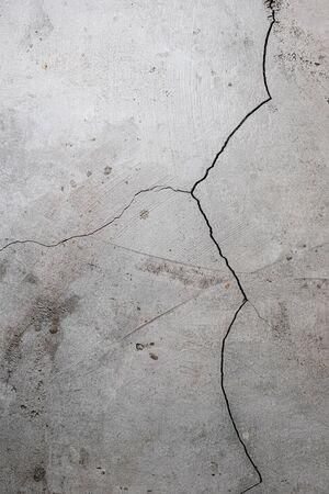 pared de estuco agrietada y dañada