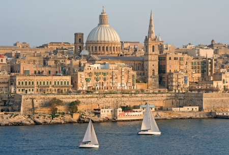 med: Yachts sailing by Grand Harbour, Malta